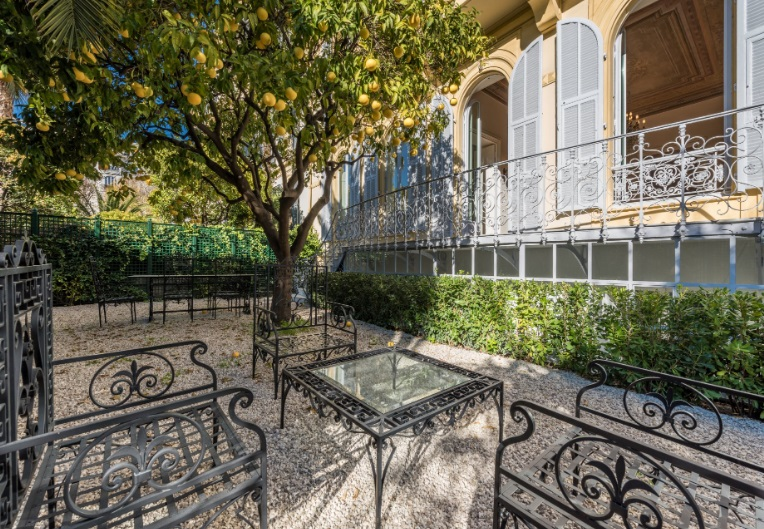4 bed Apartment For Sale in Nice area,